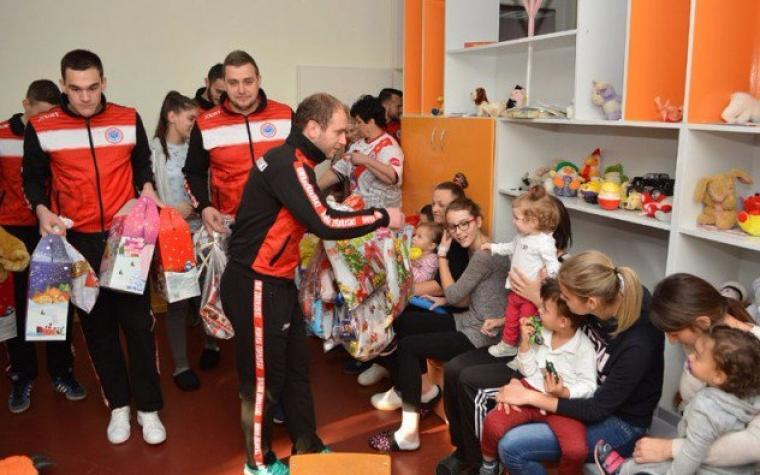 Igrači HMRK Zrinjski obradovali mališane