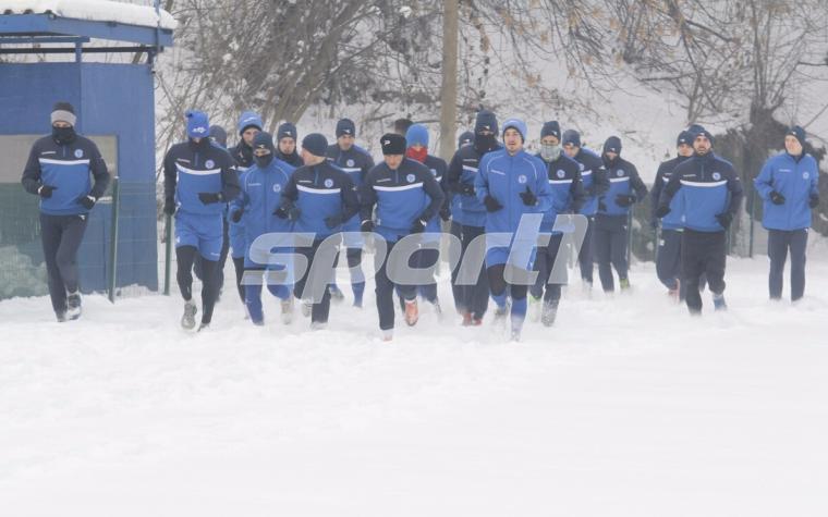 (FOTO/VIDEO) Fudbaleri Željezničara trenirali na 'zaleđenoj' Grbavici