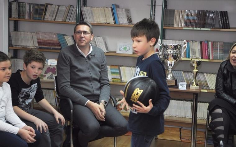 """Učenici Osnovne škole """"Safvet-beg Bašagić"""" predali košarkašku loptu kolegama iz """"Silvije Strahimir Kranjčević"""""""