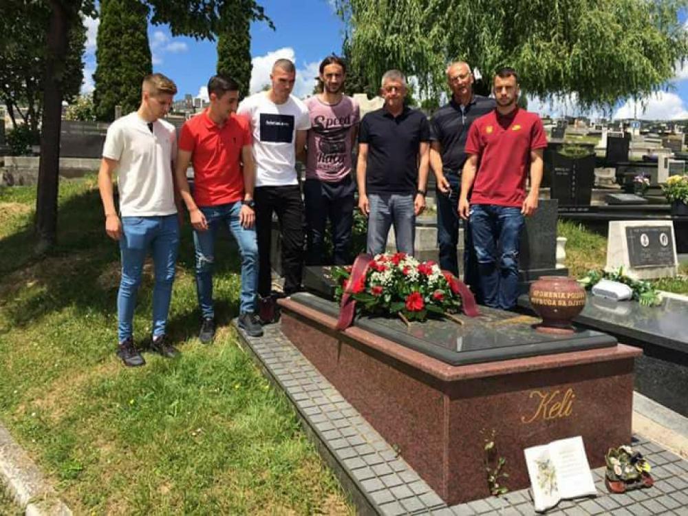 keli.jpg - (FOTO) Fudbaleri i stručni štab FK Sarajevo odali počast ubijenom Želimiru Vidoviću Keliju